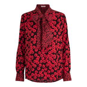 Lækker rød skjorte med blomsterprint fra Nué Notes. Der er et bindebånd i halsen som kan styles på mange måder. NP 1200 kr, kom med et bud.