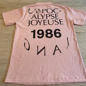 Helmut Lang t-shirt i lækker kvalitet. Kun brugt 1 gang. Ny pris kr. 1500,-