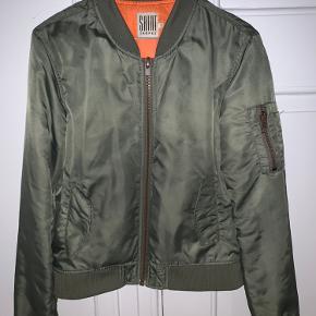 Fin og varm jakke, brugt men stadig god. Byd gerne!
