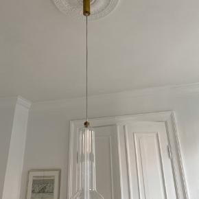Lampe købt i Beau Marche   Messing fatning og gennemsigtig ledning - lysstofrør   Lille finger aftryk på glasset - ses ikke tydligt.