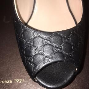 Sælger disse stiletter fra Gucci i  sort monogram læder i str. 35,5 hvilket svare til str. 36/36,5 da Gucci's størrelser er ca. et nr. større.   De er blevet brugt en enkelt gang og fremstår som nye. Det eneste sted man kan se at de har været brugt, er under skoen/bunden. De sælges de jeg ikke får dem brugt, da de er en anelse for små til mig.   Der medfølger kasse samt dustbag, men kvitteringen er desværre gået tabt i en flytning og prisen er deraf.  Man er velkommen til at byde, men helt urealistiske bud ignoreres.