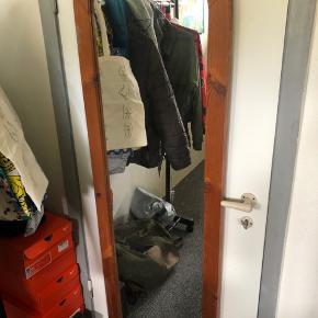 Hej. Jeg sælger dette fine spejl. Fejler ikke noget- det kan stå helt normalt og kan også hænges op på væggen.  Skal afhentes.
