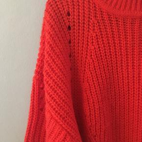 Fin strik med lave skuldre og store ærmer. Bliver ikke rigtig brugt længere, så håber den kan gøre glæde hos en anden. 90% acrylic/10% wool Kan afhentes på Østerbro eller sendes på købers regning.