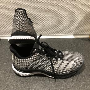 Adidas crazyflight bounce 2.0 silver/black Brugt 2 gange, fordi de var købt for store. Str. 37 1/3 Ny pris 799 dkk.