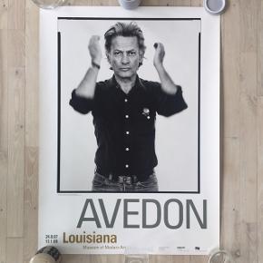 Smuk og sjælden udstillingsplakat fra Louisianas udstilling af den amerikanske portrætfotograf Richard Avedon. Meget få brugsspor. Måler 84,5 x 64,7 cm.