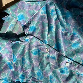 Sejeste vintage skjorte i skinnende materiale.     Køber betaler fragt :)