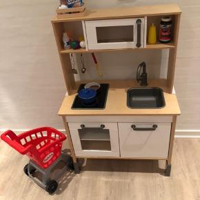 Lækkert køkken fra IKEA med masser af tilbehør plus en faktavogn.  Sælges da det ikke bliver brugt.  Pris 480.-