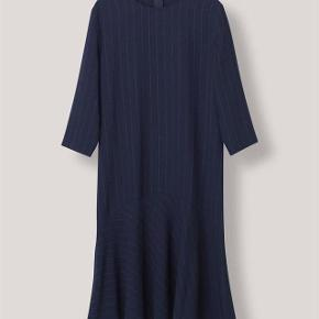 Varetype: kjole - Clark Farve: Mørkeblå  Fin kjole fra Ganni.   Brugt 5 gange.   Handler via. mobilepay.  Køber betaler porto på 38 kr. med DAO.
