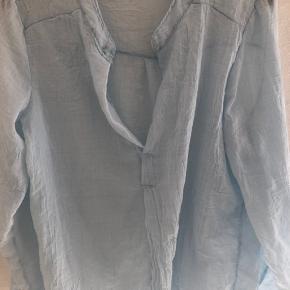 Oversize bluse. Ærmerne kan knappes op. 20 % hør. Fineste lyseblå
