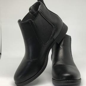 Sorte støvler, kun brugt en gang