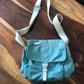 Lækker Prada taske, som er blevet købt i en vi tage butik. Ikke blevet brugt særlig meget fra min side af, da farven ikke var mig