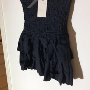 Sød nederdel, behageligt stof kan passes af xs og small  Har den også i hvid. Den hvide er dog brugt 2 gange