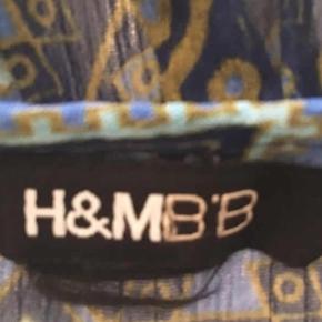 Varetype: Bluse Farve: Blå  Smuk mønstret chiffon bluse i flotte blå nuancer og med flæse detalje. BM 58 x 2 cm - L 86 cm. Sender gerne. Se også mine andre annoncer.