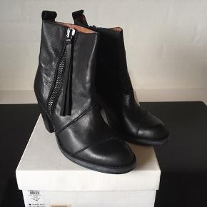Str 38 Nye støvler i ægte læder, sælges da de er købt i forkert str. Nypris 1000,-kr