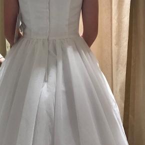 Smuk konfirmationskjole købt hos Skott i Rold i 2018 , en model der også sælges i år. Modellen hedder Chantal fra Nicole Del Val og er en str 36 Nypris 3300kr