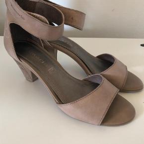Varetype: Heels Farve: Beige  Flotte sko i brugt ret meget