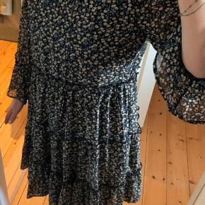 Super fin kjole i mærket 'pigalle' med mørkeblå baggrund og gullige blomster. Kan bindes ved halsen. Brugt én gang til barnedåb. Sælges grundet vægttab.