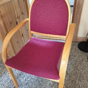 9 stk. Robuste masive bøgetræes stole. Brugte med ok stand. Den ene stol mangler dog 2 træ knapper ( ses på billed)