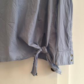 Skjortebluse med bindebånd ved hoften  Kan sendes med DAO for 36kr