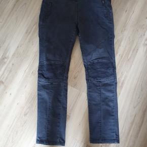 Fede jeans i kraftig kvalitet. Er med 3% stræk og lynlås i siden. Livvidde 100 cm Indvendig benlængde 80 cm Er ikke brugt meget, så pæn som ny.  BYD gerne - kig forbi mine andre annoncer og spar penge på også på portoen 😉