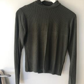 Mørkegrøn turtleneck fra Zara. Den er en størrelse medium, men den kan sagtens passes af en small. Hvis du er interreseret så kom endelig med et bud👋👋☺️☺️  #30dayssellout
