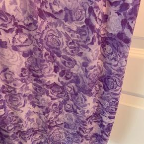 Ganni-kjole i satin med smukt lavendel print. Justerbare stropper, så de kan tilpasses den ønskede længde. Str. 42. Brugt under fem gange.