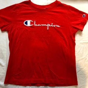 Rød Champion t-shirt med skrift. God figursyet pasform