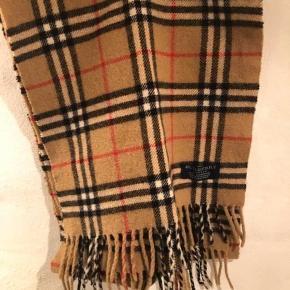 Jeg sælger det her lækre tørklæde fra Burberry. Det fejler intet, ingen huller eller lugt.