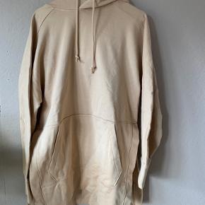 Dejlig lækker stor og vamset oversize hættetrøje med fine detaljer i begge sider af trøjen. Trøjen har aldrig været brugt og har stadig prismærke.