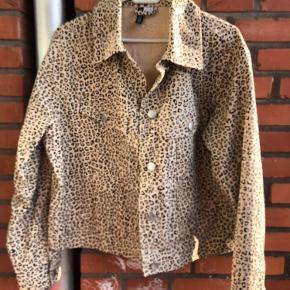 Cowboy-agtig jakke fra h&m med leopardmønster. Aldrig brugt da den er lidt kort til mig (176 cm)