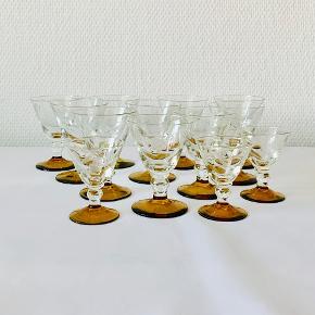10 stk smukke Lis hedvinsglas samt tre snapseglas med blomster slibning og gylden fod. Designet for Kastrup Glasværk i 1938. En pryd på ethvert bord eller glasskab :-)  Hedvinsglas: Højde: 8,2 cm. Diameter: 6,2 cm. Snapseglas: Højde: 6,5 cm. Diameter: 5,3 cm. Farven varierer fra lys til mørkere ravfarvet.