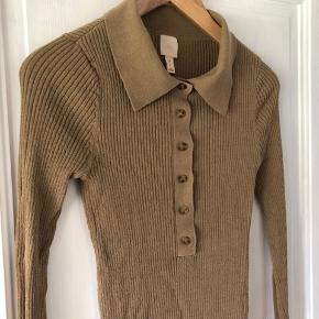 Polo skjorte fra H&M, kun brugt få gange men der er et små hul ved armen (se sidste billede).