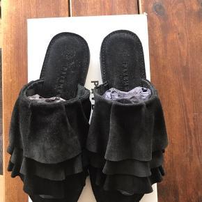 Sød sandal i sort sælges. Købt i message, men er aldrig blevet brugt. Så da de bare står og samler støv søger de nye ejer. Som kan ses er de stadig i indpakning.  Har aldrig været på.   Billede et snyder farven. De er helt sorte, som også ses på de andre billeder.   Np 699,95,-   Relatiske bud modtages også😊