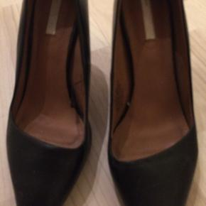 Sorte stiletter med tynde hæle.