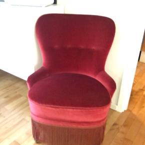 Super fin mindre lænestol i vinrød velour. God stand og god affjedring i sædet.  Sælges kun pga pladsmangel.