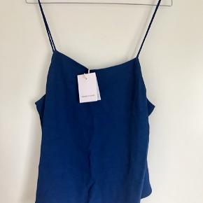 Blå top fra Samsøe Samsøe. Den er perfekt til studenter med blå hue eller til ferie syd på.  Str. M  Aldrig brugt