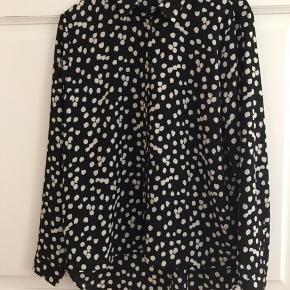 MbyM skjorte, sort med råhvide 'prikker'. Skjorten er lidt længere bagpå. Sender gerne. Køber betaler porto.
