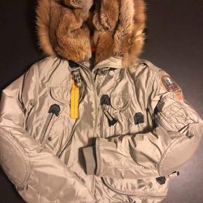 Super flot jakke, med massere af detaljer og ikke mindst varme!! jakken er lille i størrelsen og kan sagtens passes af en M/L.  unden former for slid.