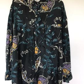 Vintage skjorte med flot mønster, 100 % silke, oversized, L/XL.  Se også mine andre annoncer.
