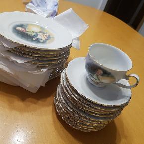 Hc Andersen stel  Aldrig brugt.  12 kopper, 12 underkopper og 12 dessert tallerkener   Mp 700 kr   Befinder sig i 6710