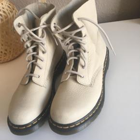 Dr. Martins støvler str 40.  Meget lidt brugt- står næsten som nye.  Her og nu pris 250  Sælges for en veninde