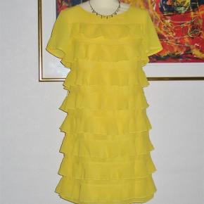 Varetype: Kjole med spræl :-) Farve: Gul  Rigtig sej kjole til en sjov aften. Kjolen har foer, og er derfor ikke gennemsigtig. På ryggen har kjolen er rå lynlås.  Brystvidde: 43 cm x 2 Længden: 87 cm  Ingen byt, og prisen er fast.   Forsikret forsendelse med TS's samarbejdspartner DAO. Hvis du ønsker anden forsendelse, så bare sig til.