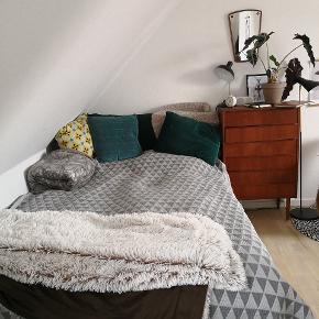Super flot broderet sengetæppe fra Ellos.Nypris 699 kr. Passer til 120-140 seng.
