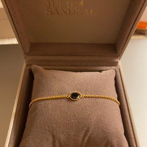 Fint armbånd fra Julie Sandlau, med sort sten og belagt med 18kt guld.  Aldrig brugt!  Kom gerne med bud.
