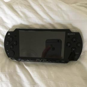 PSP med spillene: fifa 08, Wall-E, need for speed prostreet, Michael Jackson the experience og sims 2 pets. Oplader medfølger