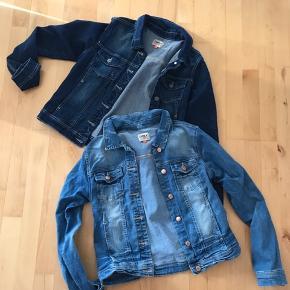 To fine denim jakker. Den ene i lys blå den anden i en mørkere blå. 100 pr stk ellers byd, hvis du er interesseret.
