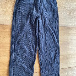 Grå fløjlsbukser med lige ben