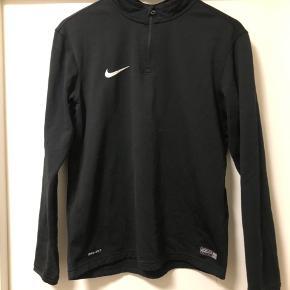 Dry fit trøje god til træning udendørs  Er brugt et par gange - fejler intet :)