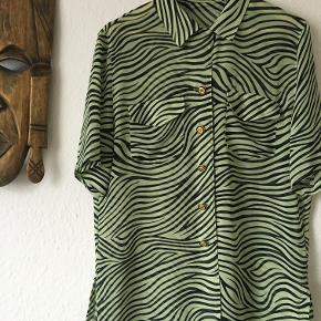 Den fineste grønne oversized tiger-skjorte  Vær helt unik, og træk i denne skjorte!  Prisen er ekskluderet fragt, afhentning kan også arrangeres.  Kom gerne med et kvalificeret bud, hvis du er interesseret, men finder prisen for høj