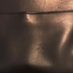 Super fin taske fra Monki. Den har en lille ridse på forsiden (kan ses på det ene billede).